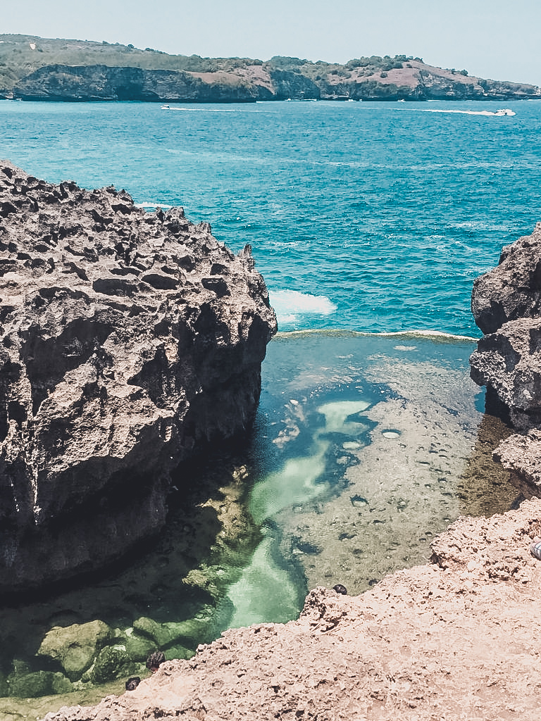 Nusa Penida what to do? Definitely go visit this stunning natural infinity pool!
